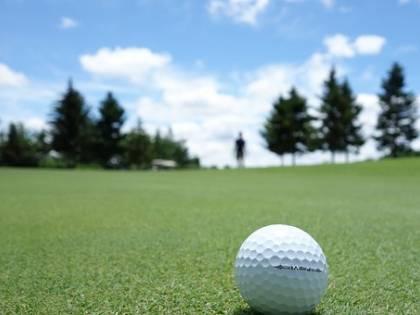Tragedia sul campo da golf: bimba uccisa da pallina scagliata da suo padre