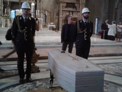 Napoli, in migliaia per l'ultimo saluto a Luciano De Crescenzo