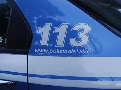 Pugni e bastonate alla compagna: arrestato un 50enne romeno