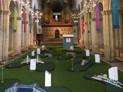 Regno Unito, la cattedrale di Rochester diventa un campo da golf