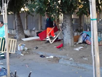 Napoli, sgomberati i senzatetto accampati davanti all'ospedale