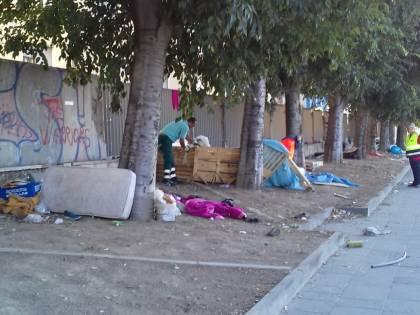 Napoli, sgomberati i senzatetto accampati davanti all'ospedale Loreto Mare
