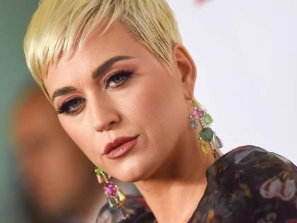 Katy Perry sul gommone: Bradley Cooper la aiuta