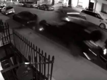 Guida a folle velocità e travolge auto di lusso: mezzo milione di danni