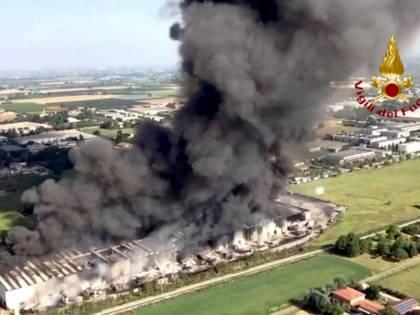 """Incendio in un capannone: """"Difficili operazioni di spegnimento"""""""