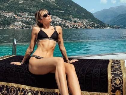 Miley Cyrus si diverte in una caliente vacanza sul lago di Como