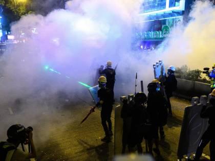 Hong Kong, soldati cinesi e blindati al confine: si teme imminente azione di Pechino