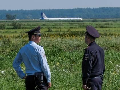 Aereo atterra nel campo: così il pilota russo ha salvato i passeggeri