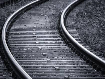 Camminavano su binari: due giovani investiti da treno