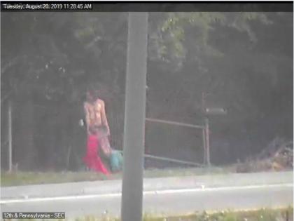 Un uomo seminudo trascina il corpo di una donna. Ma la realtà è un'altra