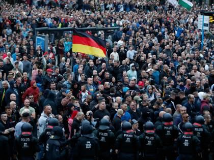 """Germania, polizia contro governo: """"Non fa nulla per fermare i raid anti migranti"""""""