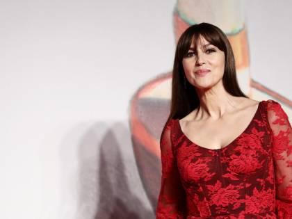 Monica Bellucci strega alla Milano Fashion Week con un taglio drastico ai capelli