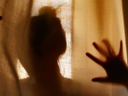 Carrara, clandestino minaccia di sfigurare ex con l'acido: arrestato