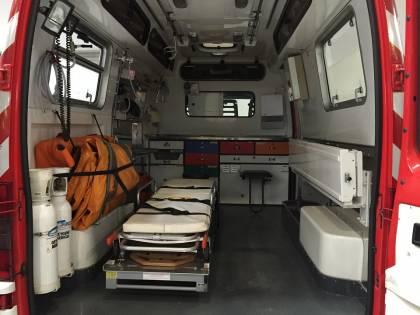 Pestano la dottoressa che non li vuole far salire sull'ambulanza