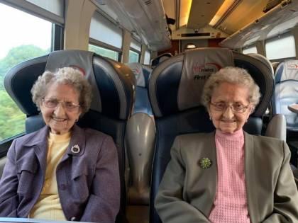 """A 95 anni le gemelle svelano il loro segreto: """"Tanta birra e zero sesso"""""""