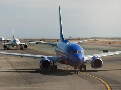 Cagliari, perdono l'aereo e lo rincorrono sulla pista