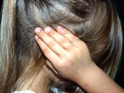 """Strani segni sulla bimba autistica. La madre: """"Allontanatela dal papà"""""""