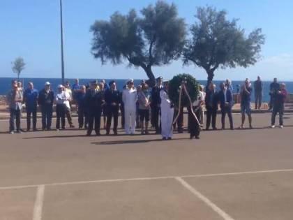 Porto Torres, sindaco M5s in bermuda alla cerimonia per i Caduti: divampa la polemica