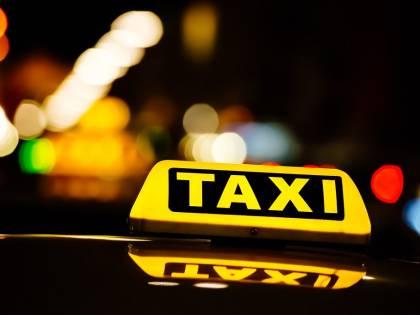 Corre in strada, un taxi la urta: è salva