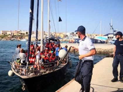 Hotspot di Lampedusa al collasso. E i migranti non possono esser trasferiti
