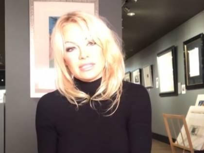 """Pamela Anderson: """"Julian Assange è stato torturato psicologicamente"""""""