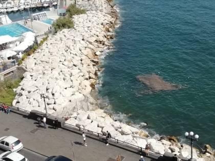 Liquami fognari sul lungomare di Napoli dopo i forti temporali