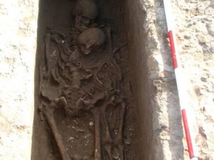 Lecce, scoperta tomba del V sec. avanti Cristo con padre e figlio abbracciati
