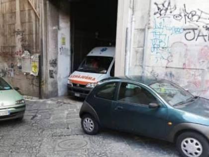 Napoli, soccorritore della croce rossa preso a schiaffi davanti all'ospedale Pellegrini