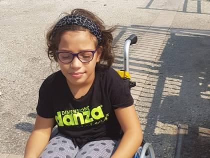 Il calvario di Melissa, bimba disabile privata di sedie a rotelle