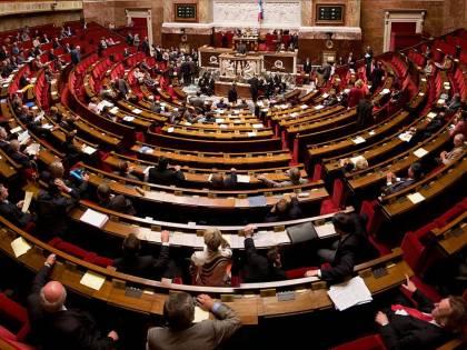 Ok dell'Assemblea nazionale francese alla fecondazione assistita per coppie lesbiche