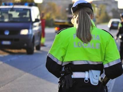 Guida ubriaco, poi accosta e ferma i vigili: voleva dare loro la multa