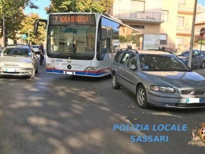 Sassari, bloccano il traffico con le auto in sosta: due automobilisti rischiano il carcere
