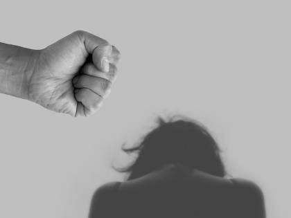 Marito violento picchia moglie e amante sotto lo stesso tetto