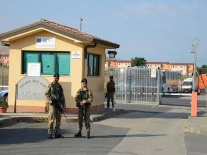 """Il governo delle """"porte aperte"""" prepara tendopoli per migranti"""