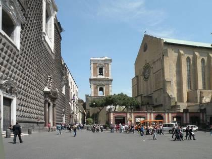 Napoli, vandali deturpano l'ingresso della Basilica di Santa Chiara