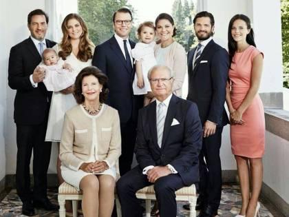 Svezia, il re non vuole pesare troppo sui contribuenti: tolto titolo (e privilegi) a cinque nipotini
