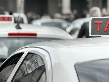 Taxi fermo sulla ciclabile per aiutare un cliente: scatta la multa da incubo