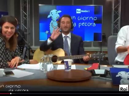 """Il """"compagno"""" Cancelleri canta Bandiera rossa e attacca Salvini"""