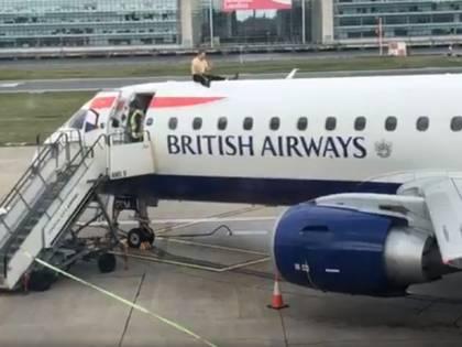 Manifestante per il clima blocca un aereo pronto al decollo a Londra