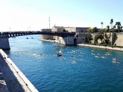 Taranto, oltre settanta canoisti in acqua per pulire il mare
