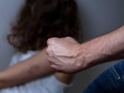 """Ancona, albanese minacciava la compagna davanti al figlio: """"Se non torni con me ti ammazzo"""""""