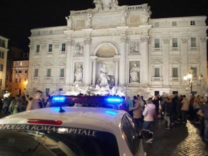 Versano liquidi nella Fontana di Trevi: 3 arresti