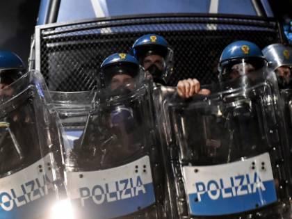 """""""Siamo servitori, non servi"""". La polizia ora scende in piazza"""