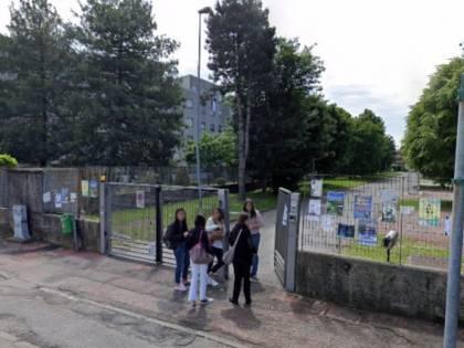 Maniaco mostra il pene a una ragazzina fuori dalla scuola