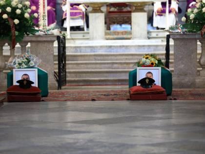Sparatoria Trieste, migliaia di persone per l'ultimo saluto ai due agenti uccisi