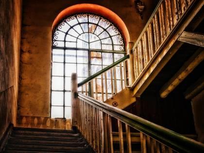 Milano, studentessa muore precipitando nella tromba delle scale