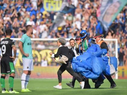 Sassuolo-Inter, paracadutista in campo durante il match del Mapei Stadium