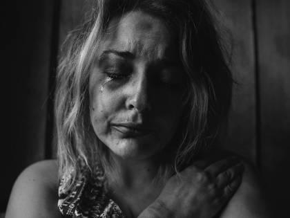 Picchia e violenta moglie davanti ai figli: 12enne denuncia papà