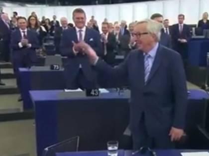 Juncker saluta l'Aula e il leghista non si alza