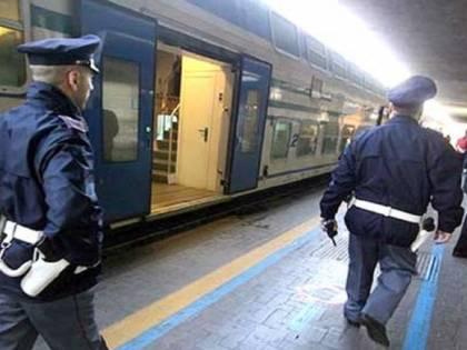 Tenta di abusare sessualmente di una ragazza sul treno: arrestato romeno